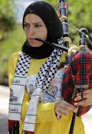 Palestiniad yn chwarae pibgod